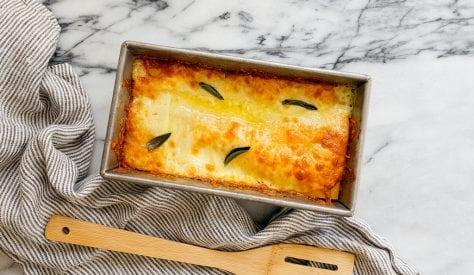 Voilà une lasagne qui sort de l'ordinaire… Une lasagne onctueuse au butternut, débordant de fromage et légèrement sucrée grâce au butternut doux comme le beurre. Alors, curieux de découvrir le secret de notre butternut doré à souhait?
