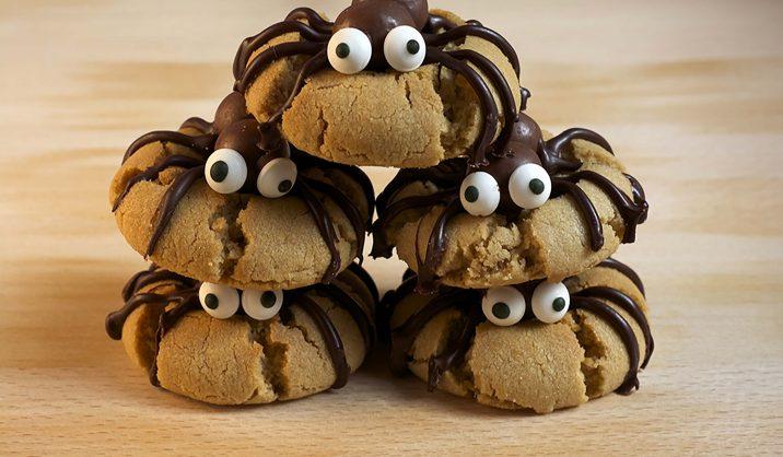 Bijna Halloween! Wij vertellen jou hoe je de beste spider cookies maakt. Over jouw koekjes zal nog lang nagepraat worden!