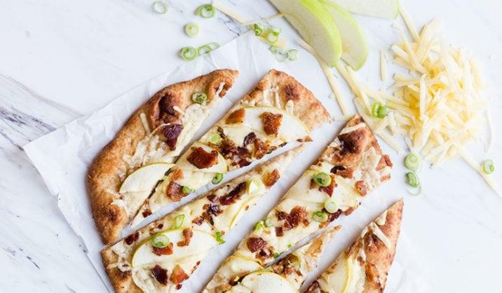 Dit recept biedt je de fantastische smaak van flatbread, zonder overdadig te worden. En met het spek erbij wordt het helemaal onweerstaanbaar.